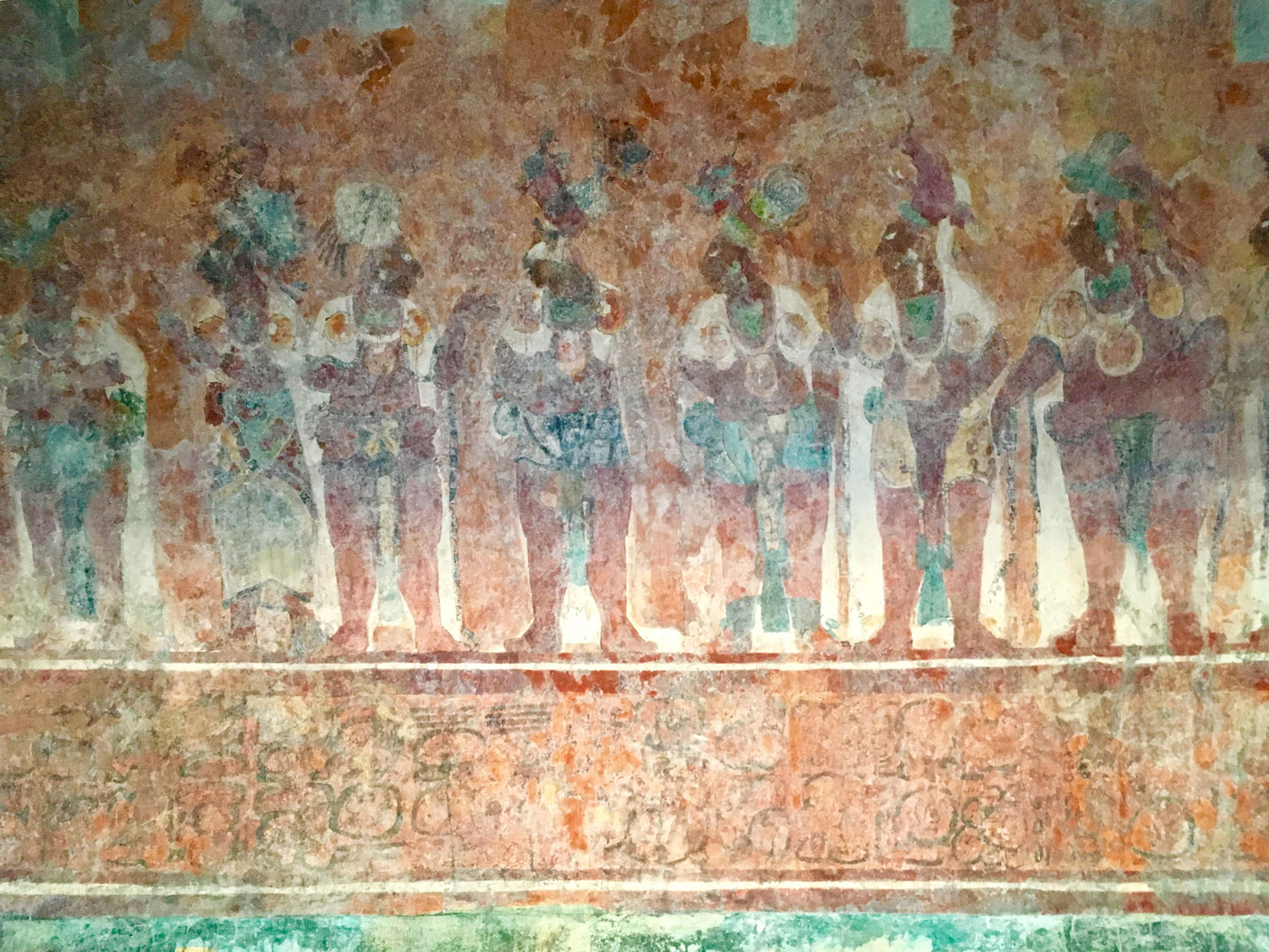 Stunning Bonampak murals: Procession of the lords. Although they were not direct ancestors of the Lacandón Maya, something tells me that the dress code of white tunics was copied from them by today's inhabitants of Lacandón jungle .