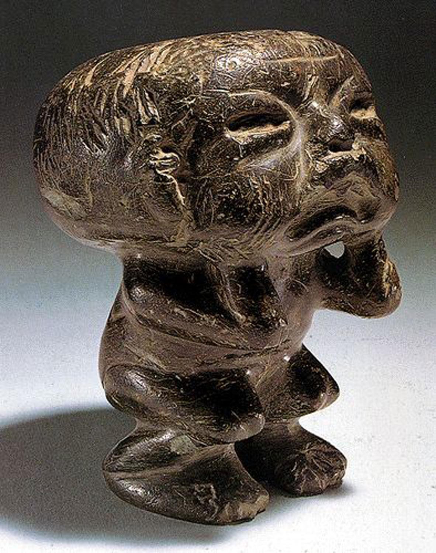 Olmec dwarf holding his head. Source:  pinterest.com.mx .