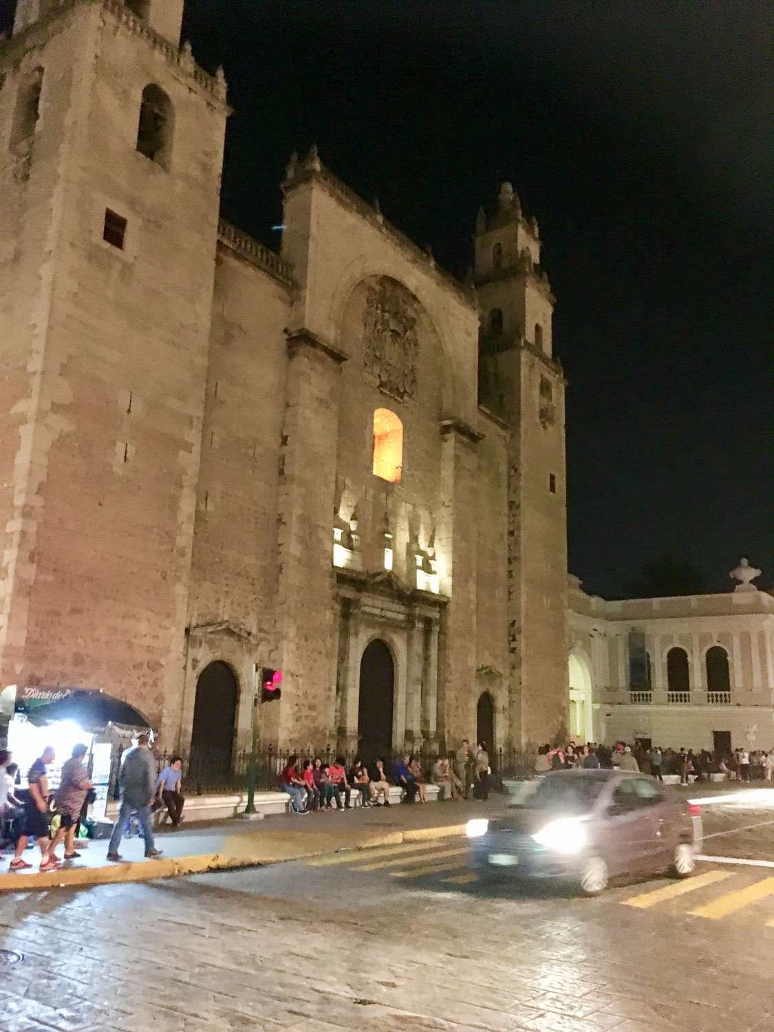 Cathedral de San Ildefonso. Left: The Montejo House.