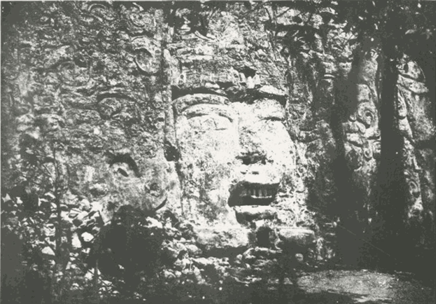 Photo by Désiré Charnay. Source:    americanegypt.com .