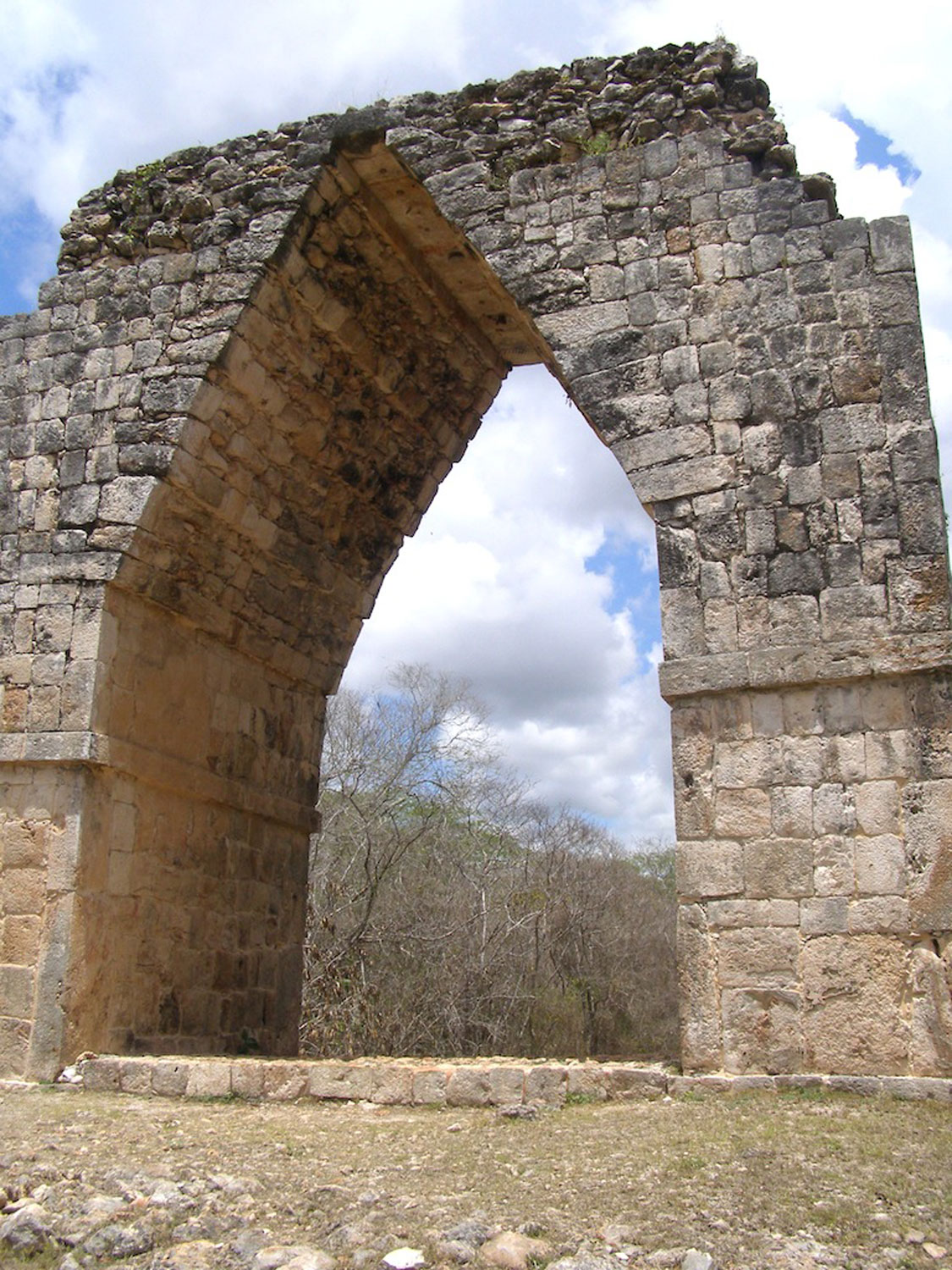 The restored free-standing arch at Kabáh is across the road from the main entrance. Credit:  pinterest.es .