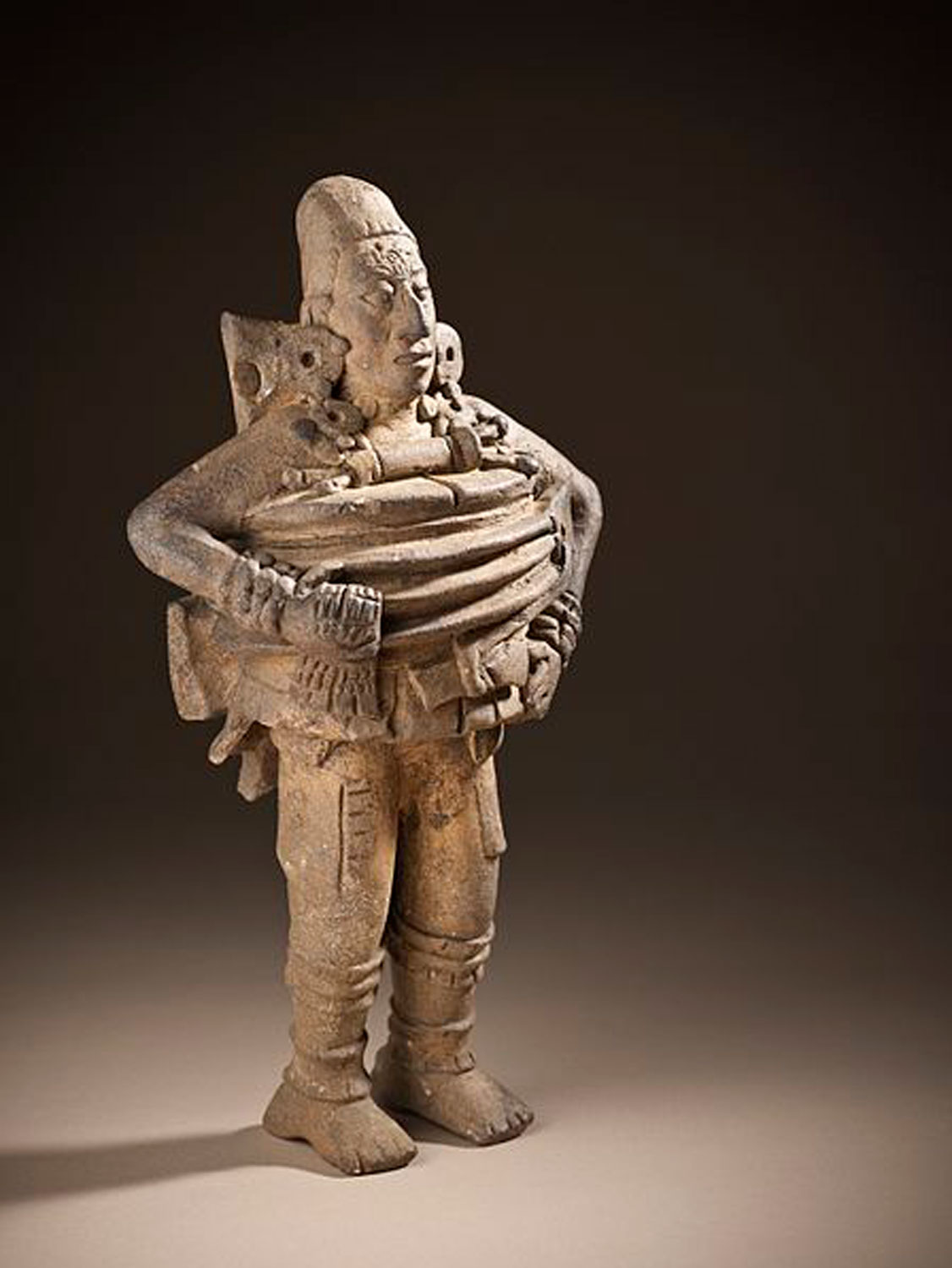 Ceramic sculpture of a ball player from Guatemala, 550-850 AD. Source:  pinterest.com.mx .