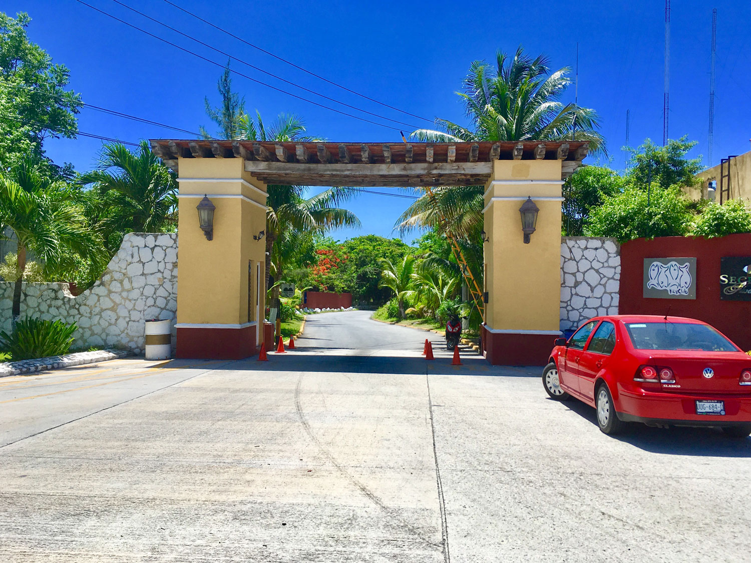 The entry gate to Bahía Petempich.