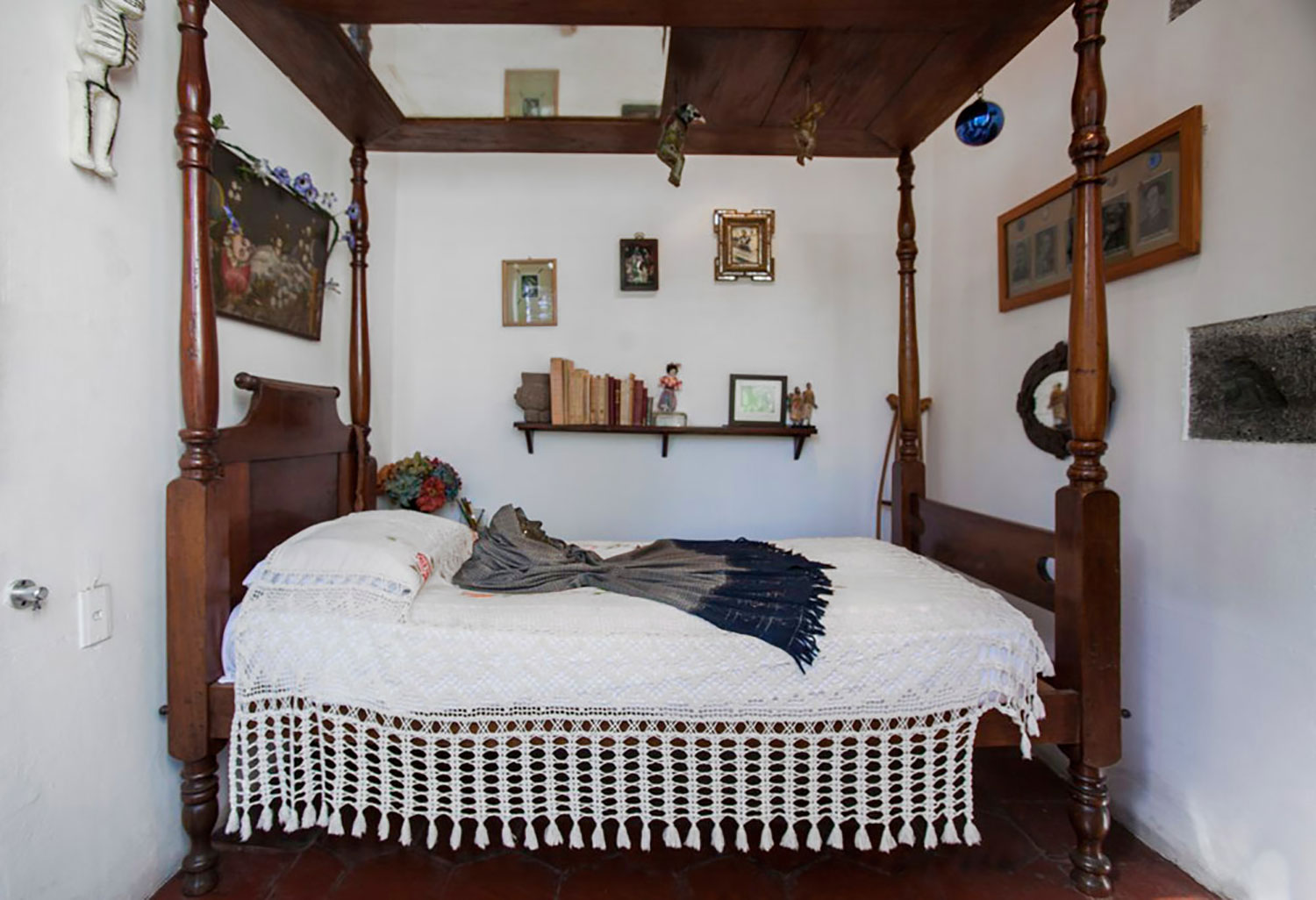 Frida's bed with the ceiling mirror.