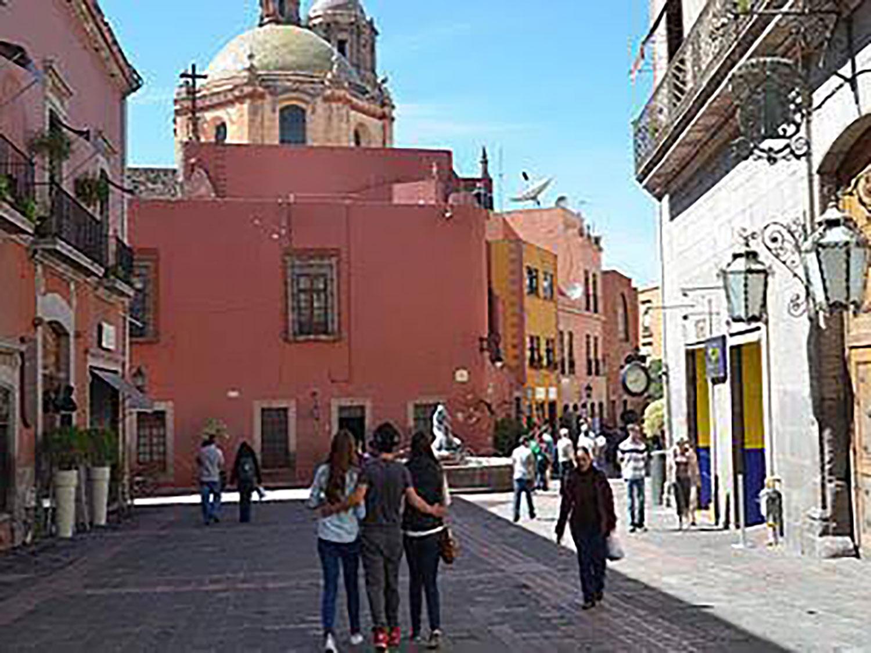 Avenue of 5th of May (Avenida Cinco de Mayo).
