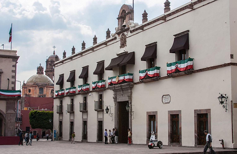 The same house now:  queretaro10.com .