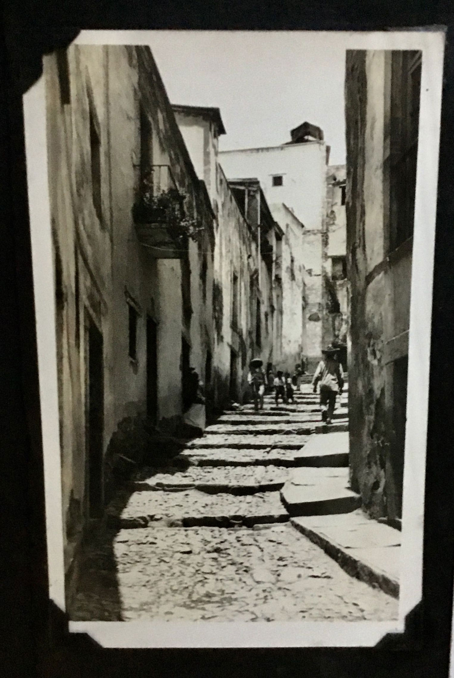 An old alley in Guanajuato:  i.pinimg.com .
