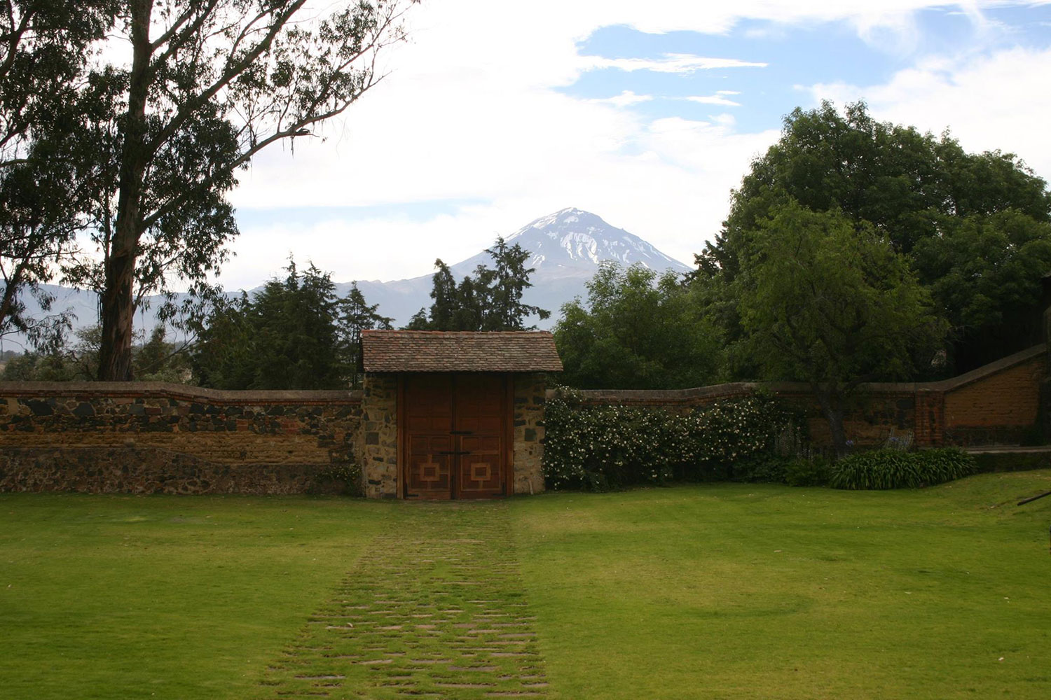 The hacienda gate with the volcano Popocatépetl behind.