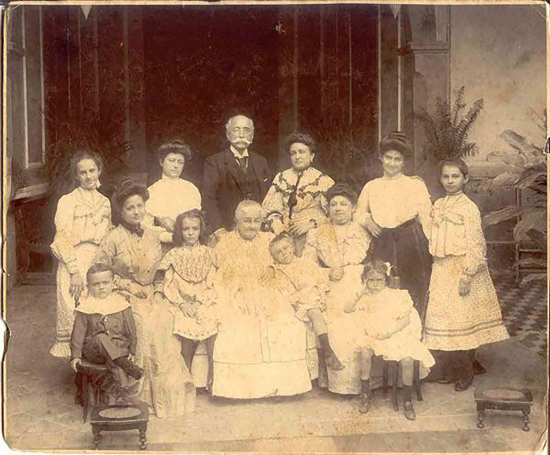 Don Molina with his family. His daughter married Don Avelino:  meridadeyucatan.com .
