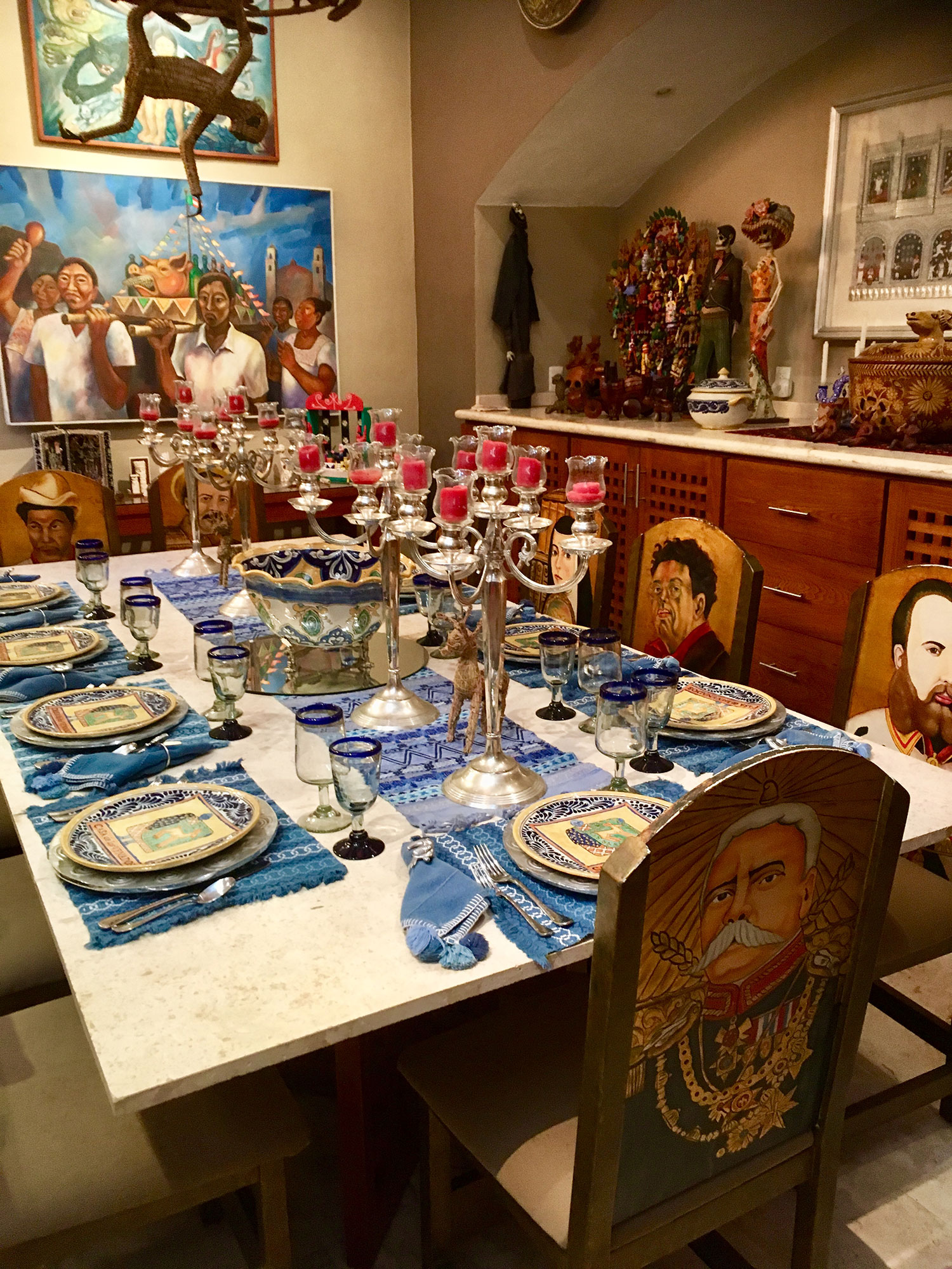 The dining table with the famous personages in the history of Mexico.