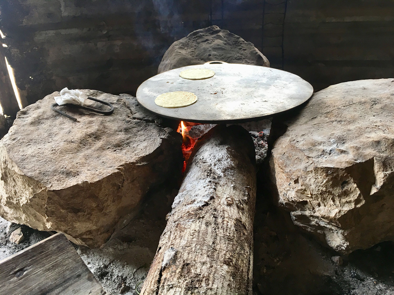 The hearth made of three stones and a  comal .