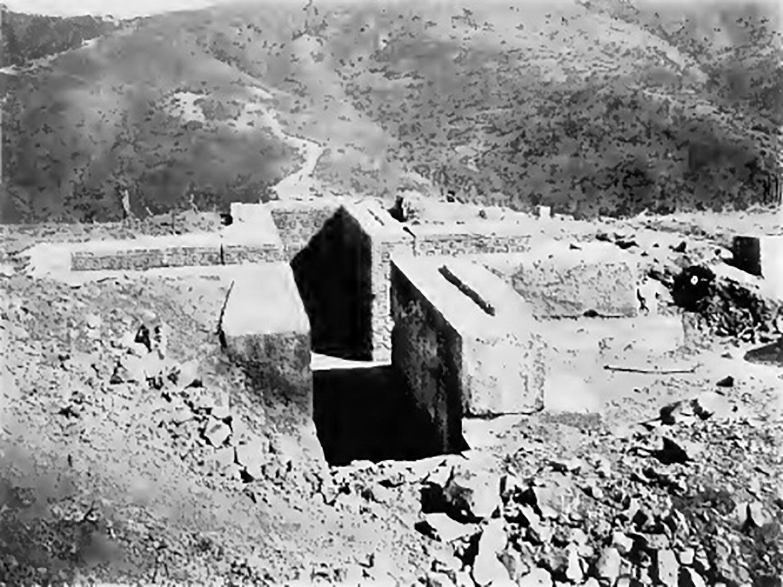 Guiaroo tomb near Mitla (photo by Saville, 1902), with the cruciform shape:  2.bp.blogspot.com .