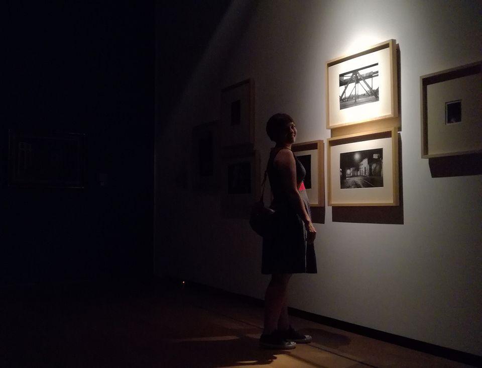 Le Musée National des Beaux arts d'Argentine illumine le travail des femmes tout en laissant dans la pénombre celui effectué par des hommes, illustrant ainsi le déséquilibre existant dans la représentation des oeuvres au sein du musée.