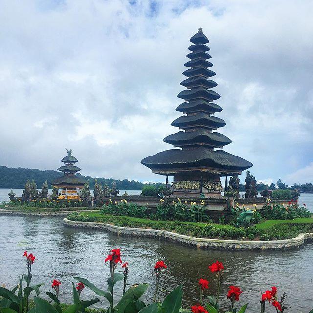 Le temple Pura Ulun Danu Bratan, est l'un des plus célèbres temples hindouistes balinais, niché sur un lac au milieu des montagnes du Nord. 💚 #bali #purailundanu #temple #hindouisme #voyage #magnifique