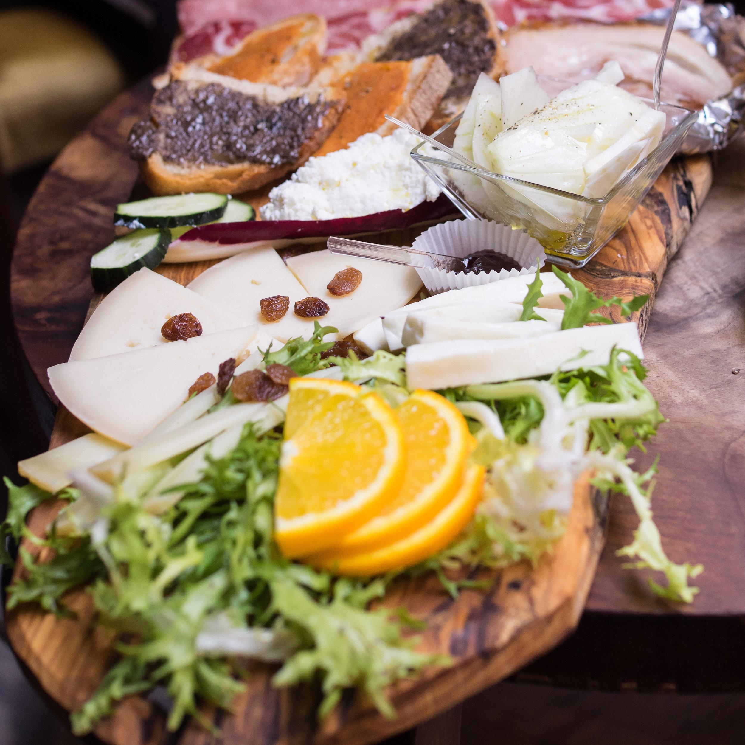 所谓的冷盘小食就是将不同种类的起司、熟肉或者是生肉、搭配坚果、水果、面包、肉酱、或者是果酱;可以按照个人喜好随意搭配,也可以直接点菜单上店家搭配好了的套餐。