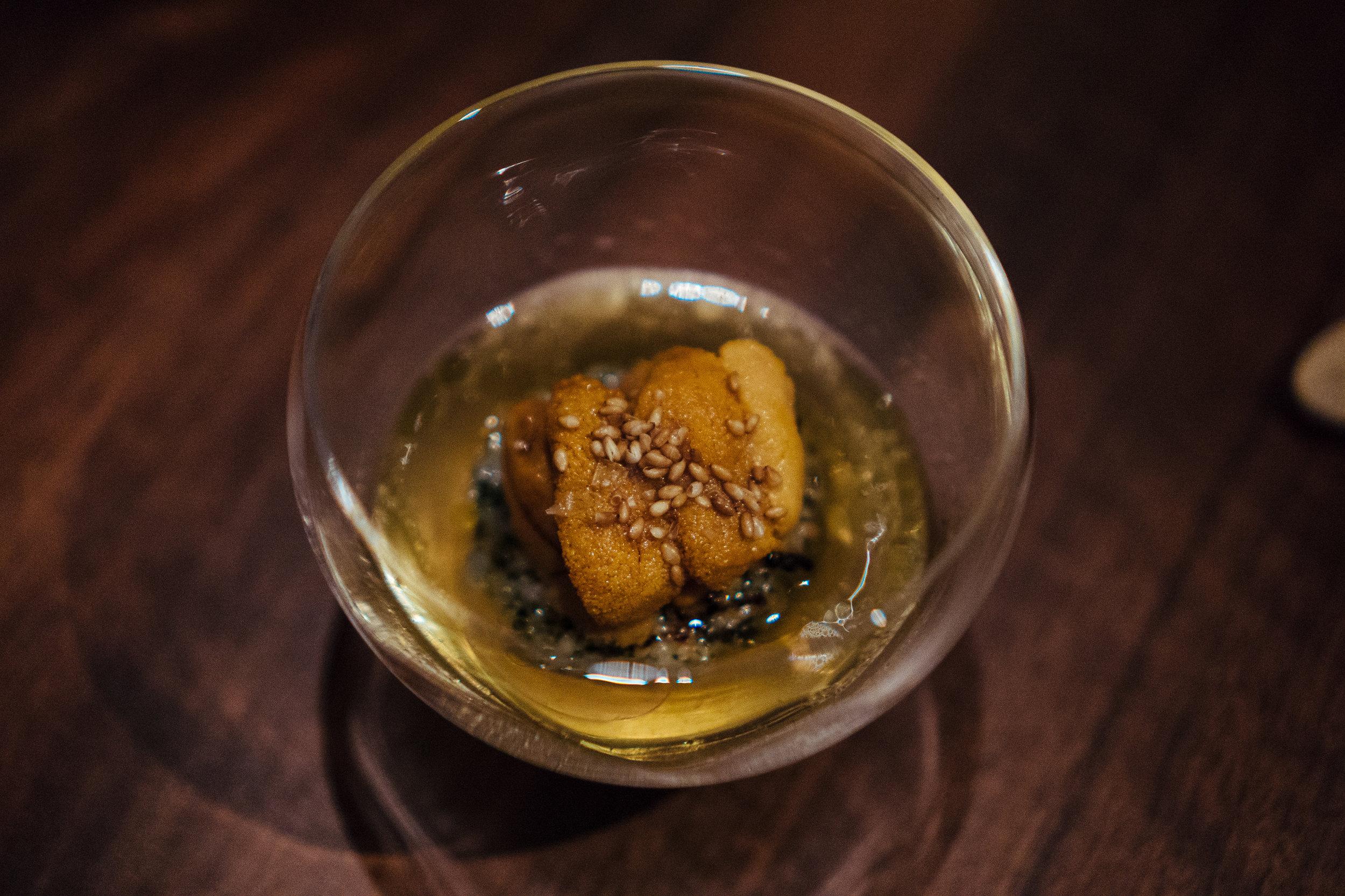 个人觉得味道偏咸,其实她家几道灵感取自亚洲的菜肴都普遍有些偏咸,毕竟不是一个菜系。汤汁的umami是很足,但有点宣兵夺主, 中间的酥炸米糕被汤泡的有点软,还有些粘牙。刚入口的时候对这一道有一点失望,但是有意思的部分在于回味。大咸之后,北海道海胆的鲜甜逐渐在嘴里散开,咂咂嘴,发现鲜味还在,伴随着甜味慢慢包住整个舌头根部,一直浸到喉咙里。体验还是比较有层次的。