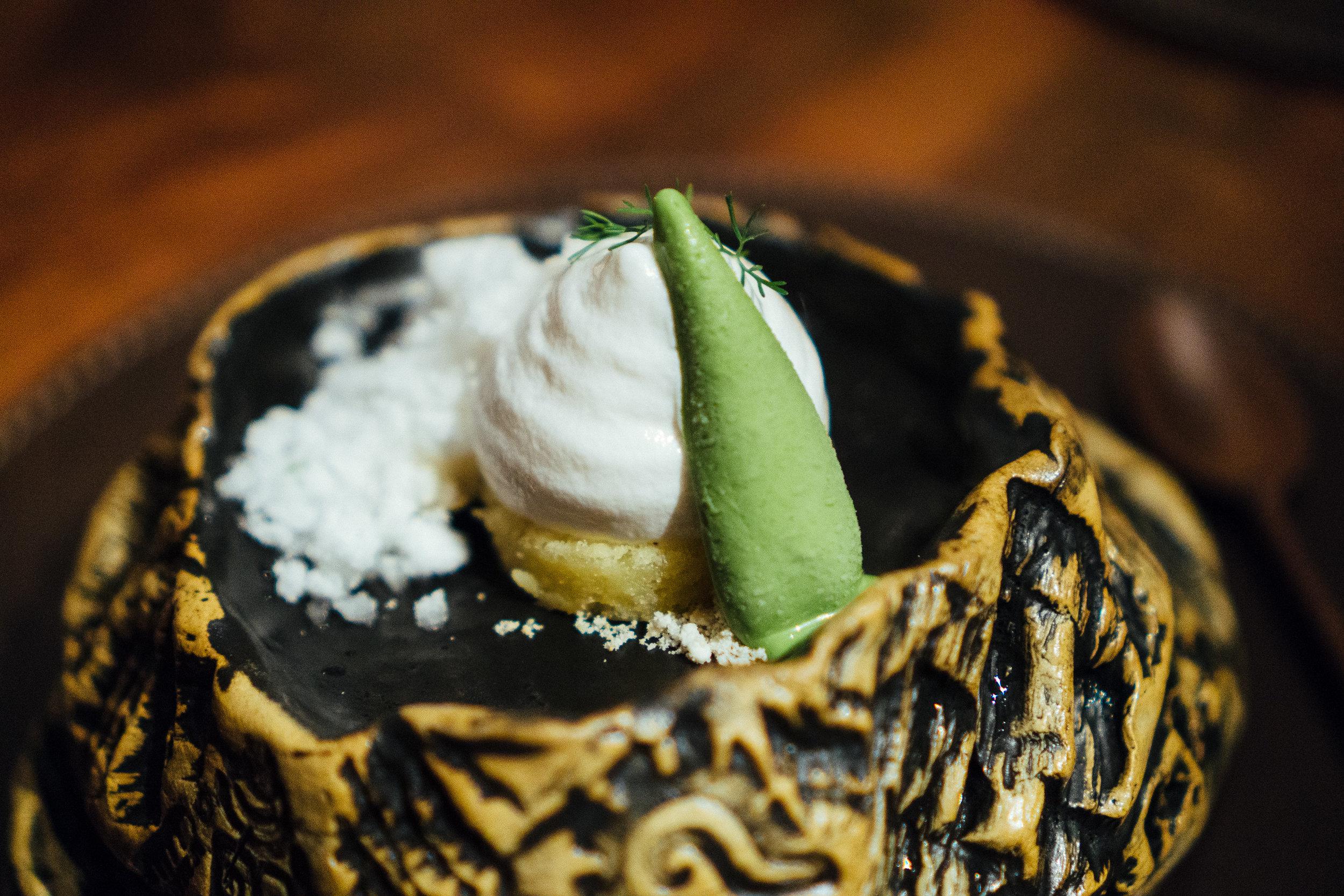 用可可果肉做成的冰霜竟然带着一股淡淡的荔枝的清香。作为一枚在南方长大的妹子,对荔枝的执念竟然可以从可可果肉身上得到解脱。绿色的冰淇淋原料是被称作墨西哥之魂的龙舌兰,配上一支小巧鲜嫩的香菜芽,沁甜之余还有一丝独特的泥土混合青草的气息。