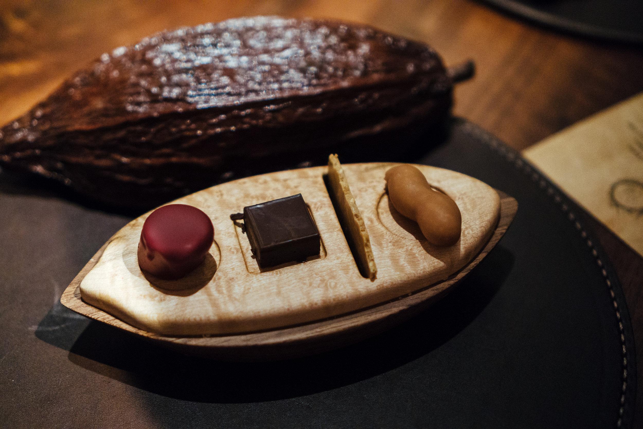 """最后一道是用可可果壳摆盘的四种口味的巧克力。巧克力一直是她家的压轴甜点。这次融合了""""妈呀""""概念的巧克力吃起来感觉稍微比冬天吃的要清爽一些。对巧克力并不是特别感冒的我个人觉得最后一个还是很惊艳的。在品尝这最后一道甜点时,同桌四人还因为食用顺序产生了异议。到底是从左食向右?还是从右品到左?希望谁下次去用餐时能帮我们找到Juan本人问个清楚。😂"""