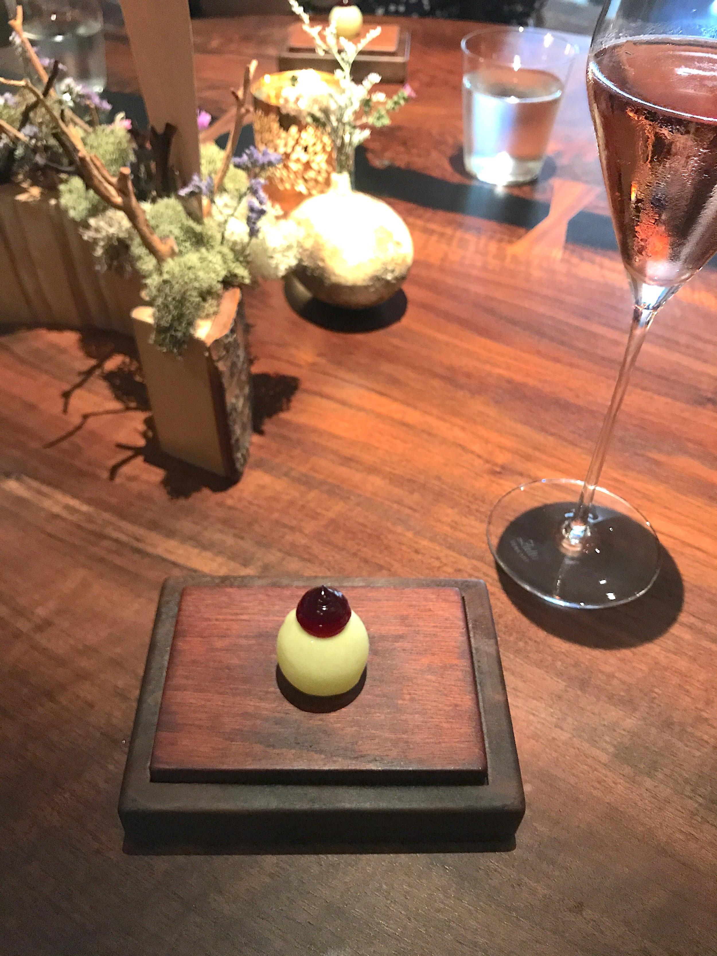 改良自法式传统鸡尾酒Kir Royale皇家吉尔,白巧克力包裹苹果西打。上菜小哥特别提醒,吃的时候一口而入,切记闭嘴。因为外裹的白巧克力玲珑薄脆,入口即爆。口感也是相当清新酸爽的。