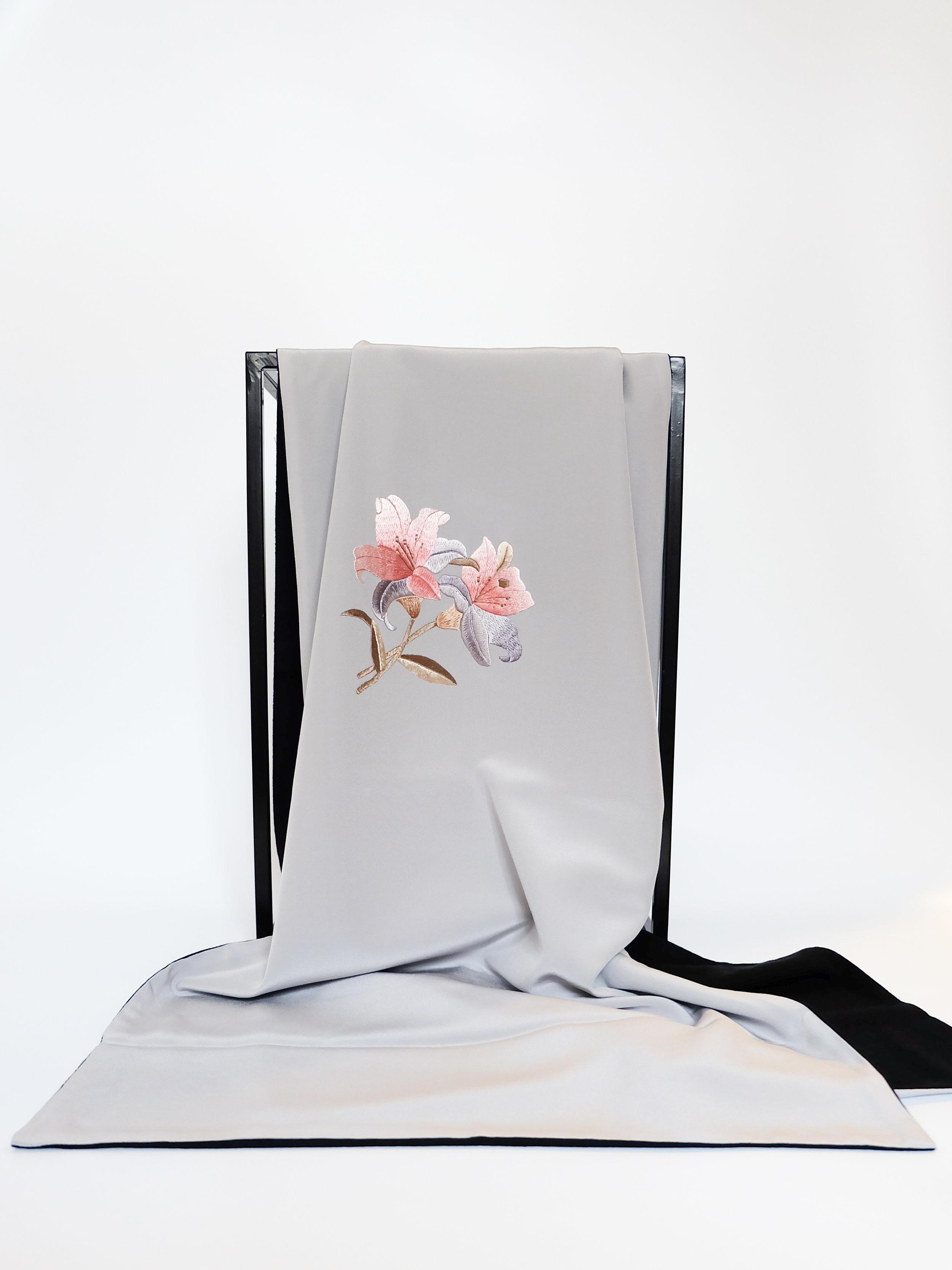 Wild Lily's Dance (Silver) - 110x110cm
