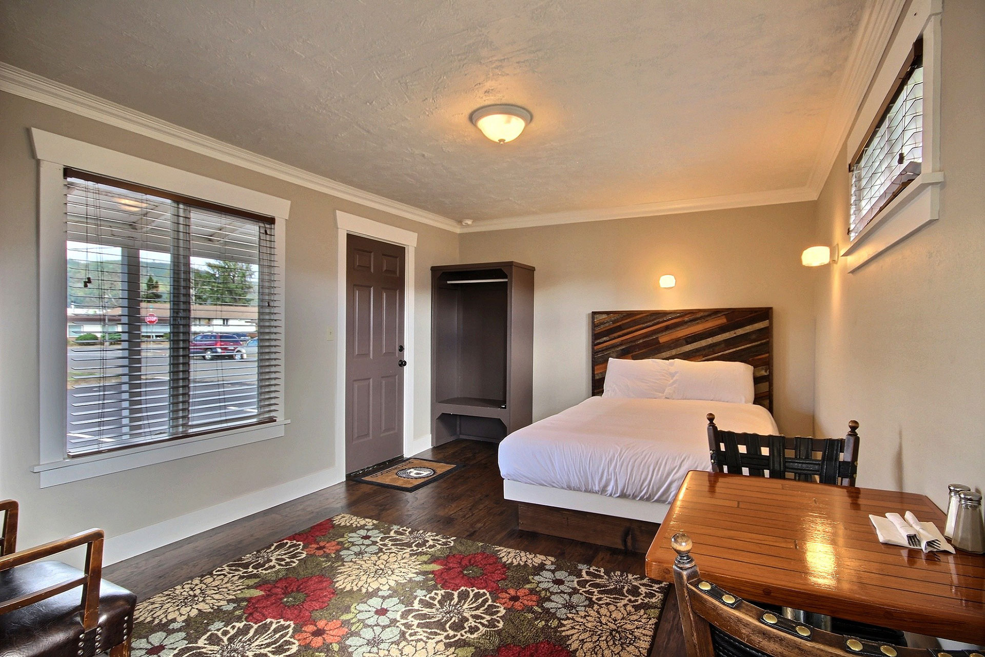 K-9 - Queen Sized Bed, Kitchenette