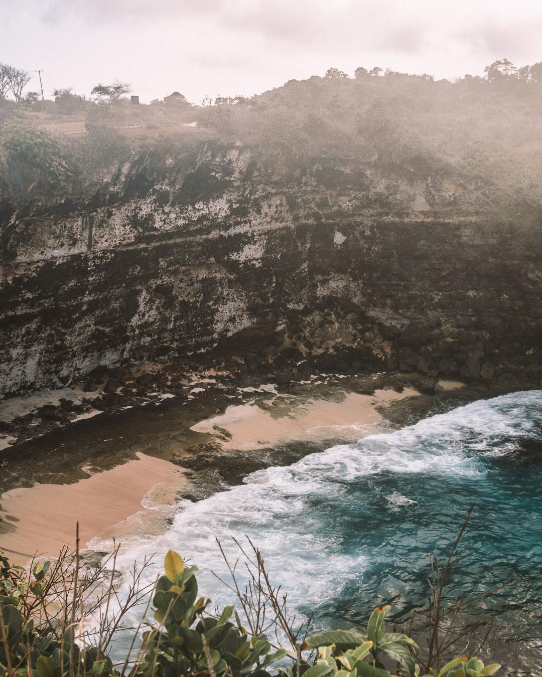 travel guide to Nusa Penida island Bali indonesia freeoversea couple tropical destination broken beach ocean rock formation