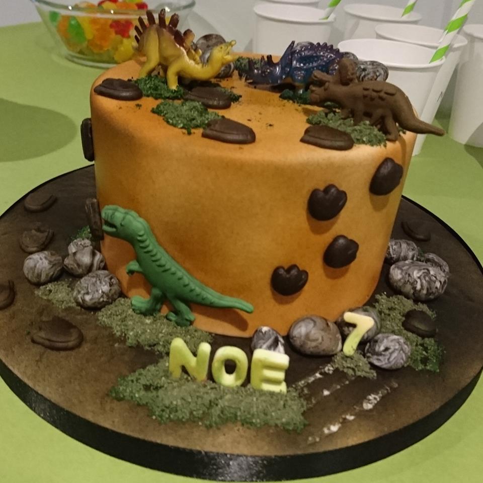 """gâteau d'anniversaire """"dinosaures"""""""