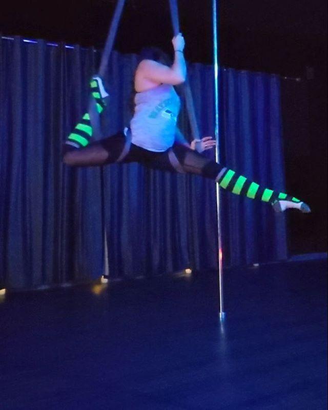 Some #hammock play before classes this morning. I absolutely love this apparatus 🥰 GO HAWKS! . . . . #hammockfreestyle #freestyle #hammockflow #flow #movement #spinit #splits #gohawks #seahawks #gameday #12thfans #greenandblue #hawks #uplift #upliftpoleandaerialwa