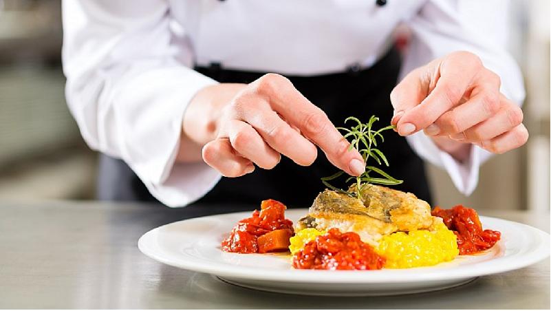 Italiano & Gastronomia - Um programa emocionante que combina a língua italiana pela manhã com aulas de culinária à tarde. O curso de culinária é realizado em italiano, portanto, para participar deste é suficiente um conhecimento básico de italiano. Nenhuma experiência prévia em artes culinárias é solicitada. As aulas de italiano ocorrem todos os dias de manhã e as aulas de culinária ocorrem à tarde de acordo com um cronograma fornecido no início de cada programa. Você terá a oportunidade de participar