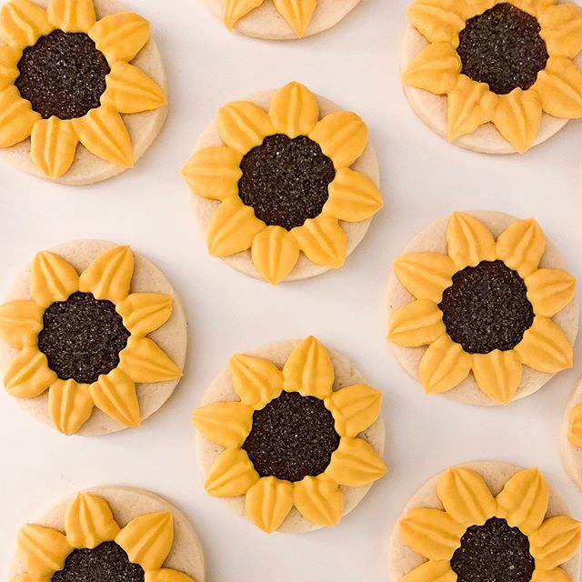 🌻 Anyone else getting 90's vibes from these cuties? 🌻 #90sfashion . . . Design: @sweetsugarbelle . . #sunflower #sunflowercookies #bakersgonnabake #baketheworldabetterplace #customcookies #cookiesforacause #cookies #sugarcookies #decoratedcookies #royalicing #royalicingcookies #edibleart #sprinkles #cookieart #cookiegram #icing #brooklyn #brooklynbaker #madeinbrooklyn