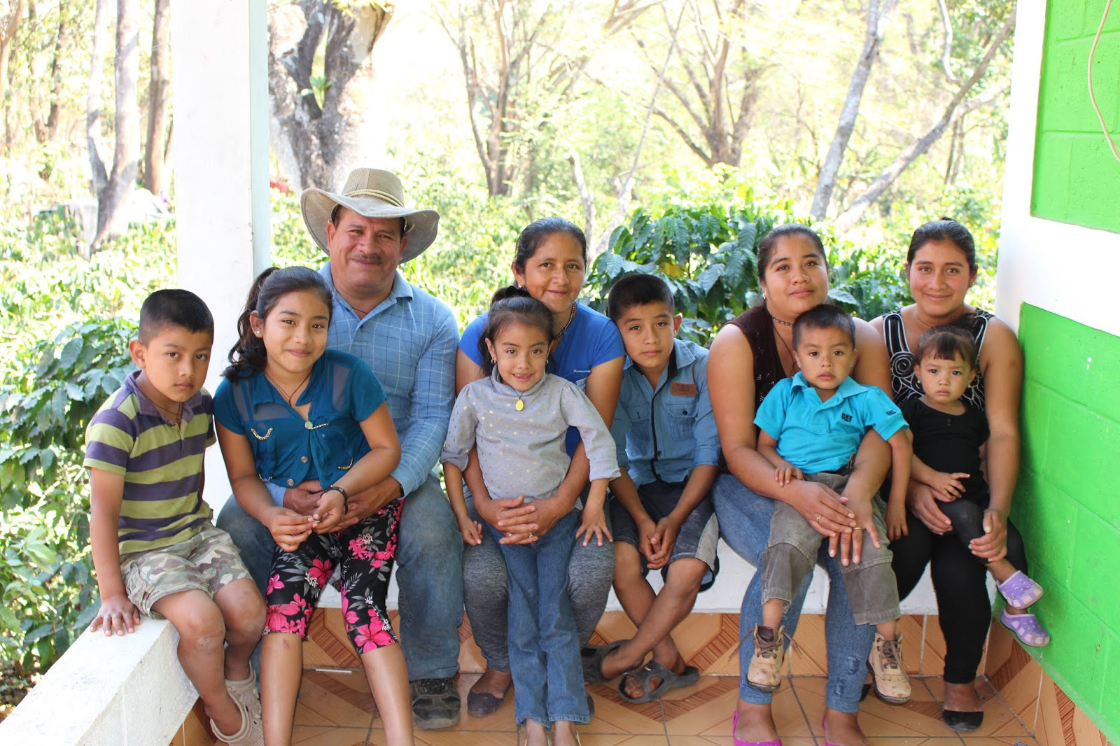 Juanita, Saul and two daughters and some of their grandchildren.