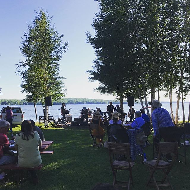 Music by the Lake at Skyport Lodge is the perfect way to cap off a busy weekend. #basecampnorthshore #deviltracklake @skyportlodge