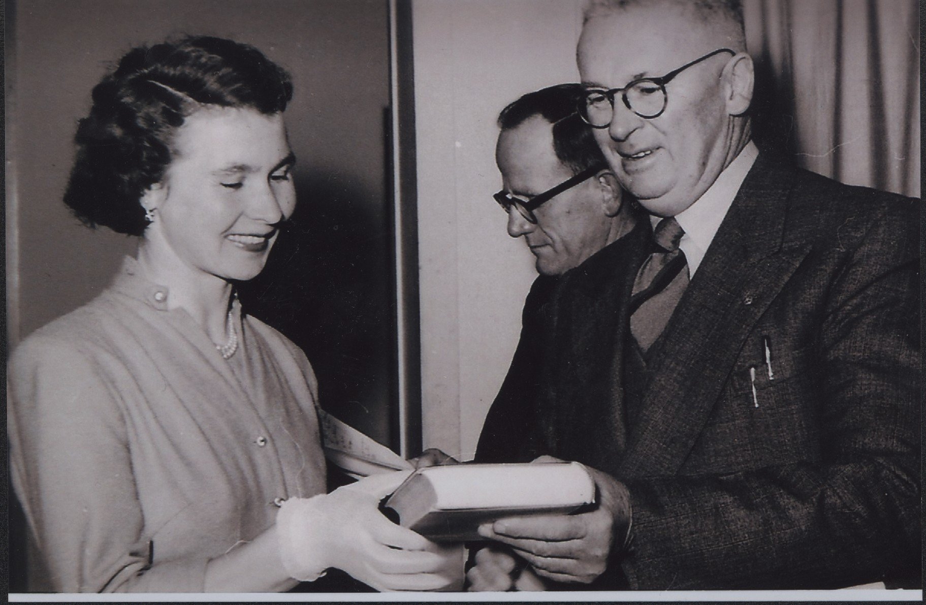 Mira Galvin receiving award for her wool classing examinations. Photo: supplied by Aileen Spangaro.