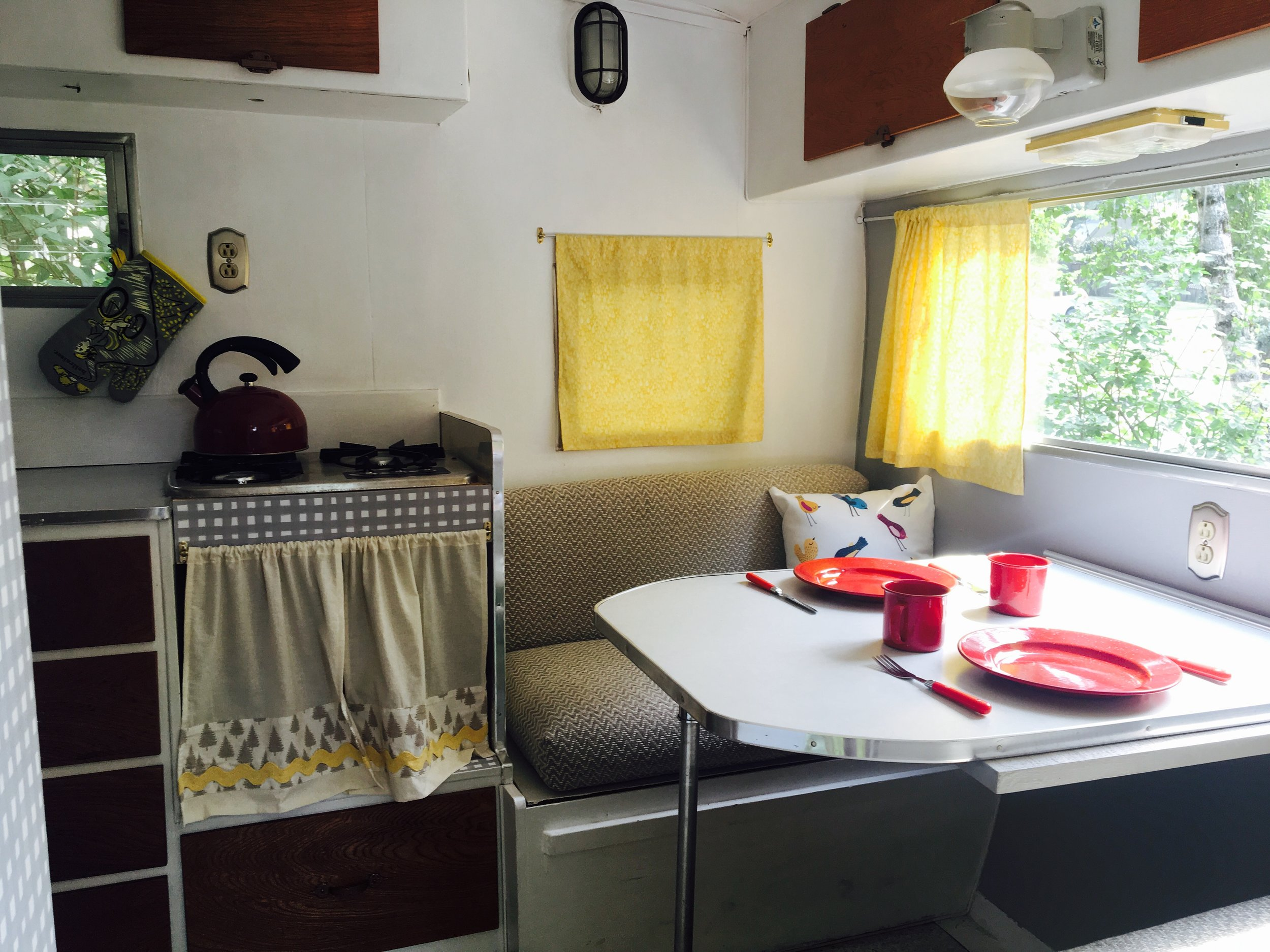 RV Rental Ameneties - -2 Beds-Propane Stove-Ice Chest-Dining Table-Dishes, pots, pans, glasses, etc.-Bed linens and pillows-Towels-2 camping chairs-Electrical hook-up and auxiliary battery-Flashlight-Sorry, no bathroom