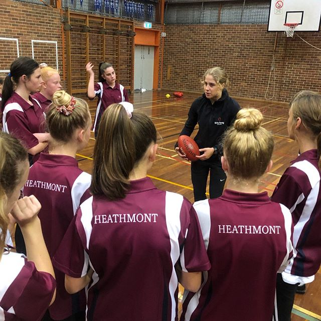 We are excited to be working with Heathmont College year 7 girls over Term 2 for their 7Discover program. Head coach @smitty013 will be taking the group for 3 sessions to help improve their fundamental skills and game sense. Session 1 focused on kicking, hand balling, ground-balls and marking. We are looking forward to the next session 🌟🏈