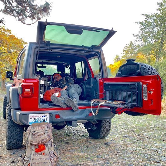 First night sleeping in the Jeep. Not bad. At 6' I might be a little too tall. Once the @gobiracks arrives I'll have a little more room inside. #10piecechallenge