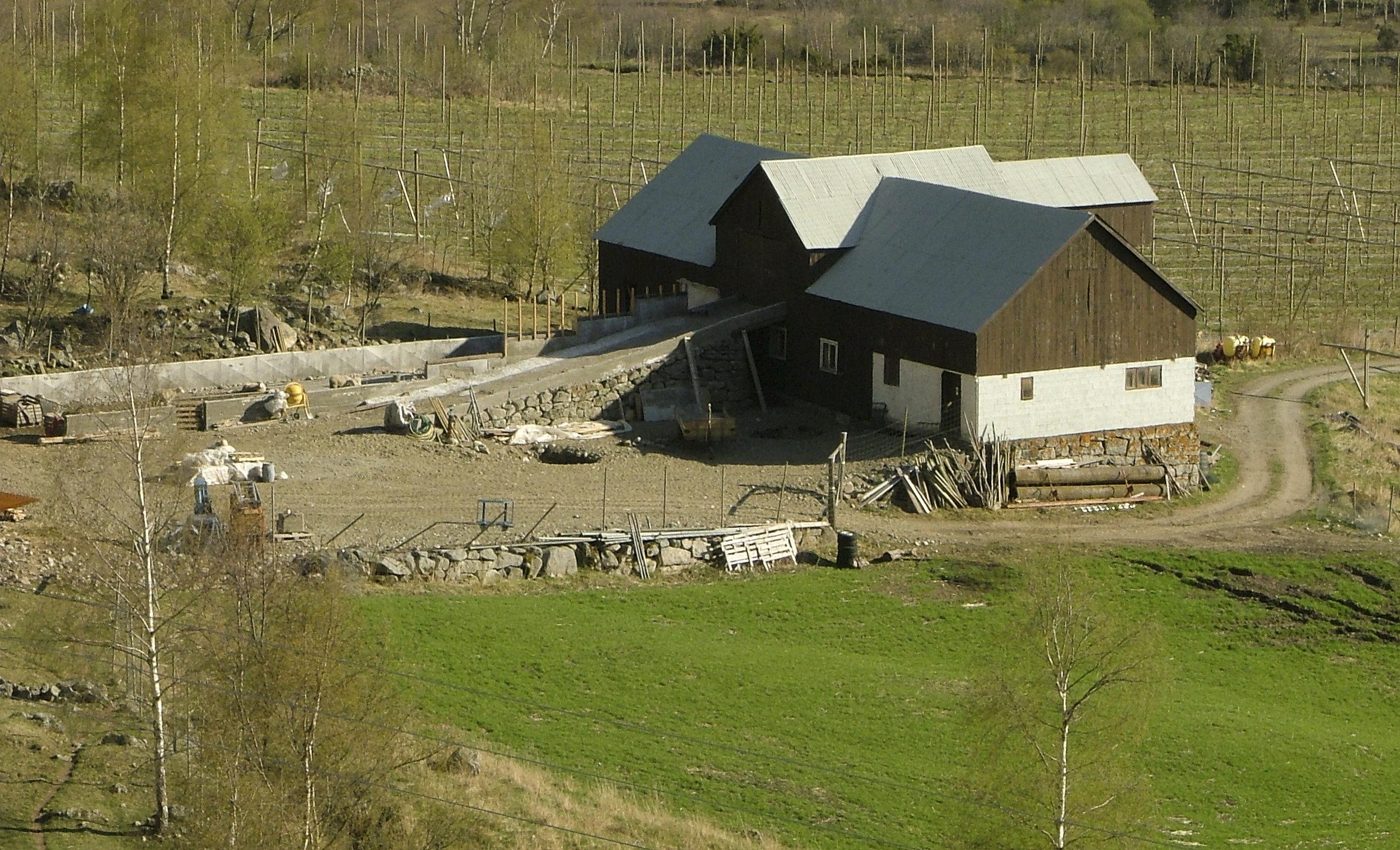 Her frå bygginga av kaldtfjøs i 2005