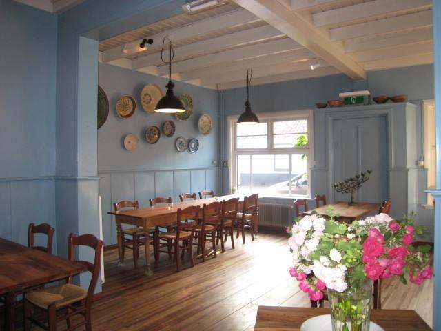 Restaurant Kint & Co.   Slow down zondags met een slow food lunch bij Riet & Jan Kees. 7 gangen lang genieten in een fijne zaak in een dorp van niets. Ze verwennen je ook op vrijdag & zaterdag met hun mediterraanse keuken. Top eten & wijn. Relaxte huiskamersfeer.  Lees zeker het smakelijke verhaal op Davides  of  lees waarom het omrijden meer dan waard is . -  Havenstraat 9, 4569 TK Graauw, 0114 635 642