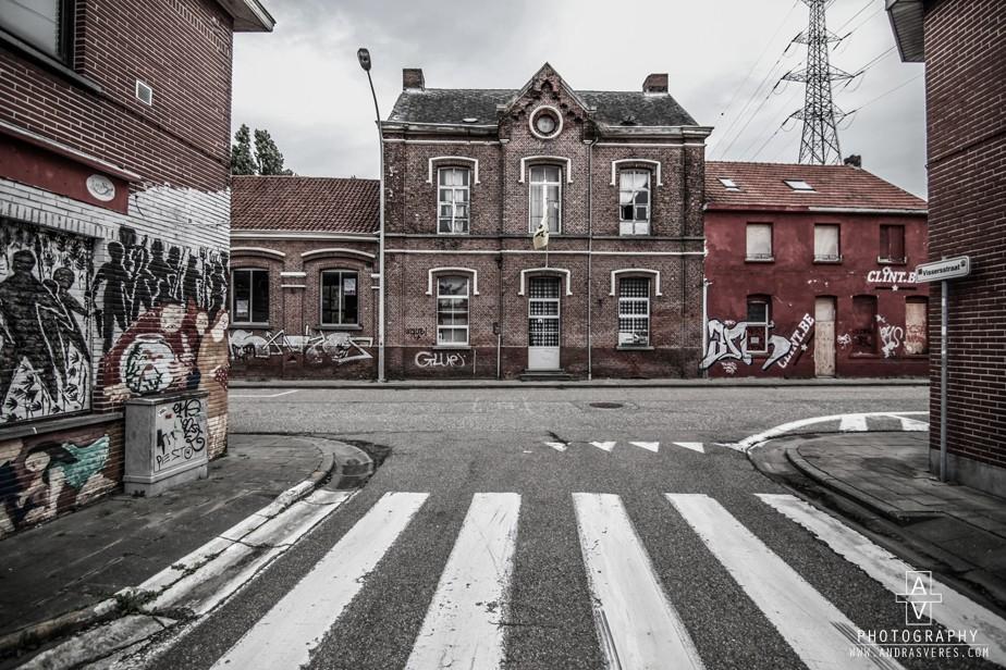 Spookdorp Doel   Spookdorp? Ja, Doel. Een dorpje dat door de oprukkende haven van Antwerpen langzaam wordt opgeslokt. Er zijn maar enkele bewoners achtergebleven. Het grootste gedeelte van de huizen zijn niet meer bewoond. Het resultaat is een verlaten dorp die zo uit een film kan komen. Vervallen huizen, lege straten en overwoekerde tuinen.  Van een polderdorp naar een spookdorp.