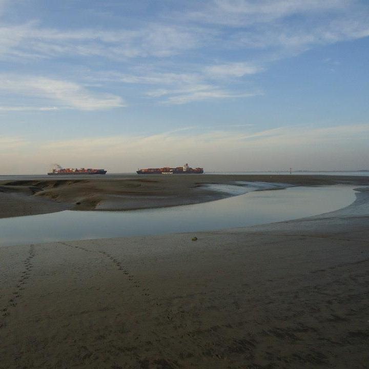 Westerschelde   Volg de containerschepen op de Westerschelde die van en tot de haven van Antwerpen varen. Vanaf de hoge zeedijk geniet je niet alleen van de scheepvaart op de drukke vaarweg, maar met laag water ook van de vogelrijke slikplaten en na een poosje wandelen kom je aan bij de  getijdenhaven in Paal . Laad jezelf op met een wandeling langs de zeedijk, dichtbij het water en met stilte om je heen. Ga, doe, loop. Het kan hier.