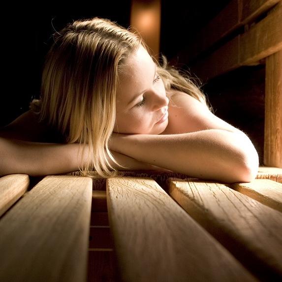 Wellness Najade  Bij  Najade  kun je op talloze manieren in luxe ontspannen. Zo kun je terecht voor een dagje sauna maar ook voor een sprankelende schoonheidsbehandeling of ontspannende massage. Lekker vertoeven in het restaurant of op het mooi rustig terras en dit allemaal aan de rand van een prachtig, rustgevend natuurgebied van Clinge. Last but not least: super vriendelijk personeel! -  Roskamstraat 44, 4565 EM Kapellebrug, 0114 315 647