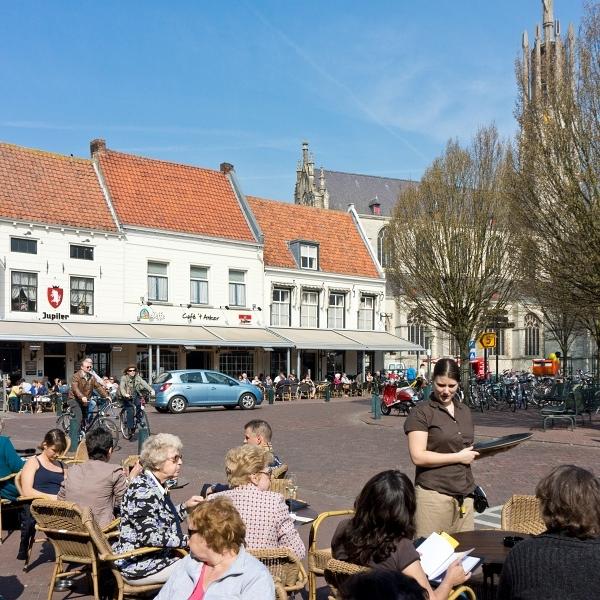 Grote Markt in Hulst  Gezellig iets drinken kan overal in de buurt, maar in Hulst, het hele jaar door. Gezellig vanaf terras op de Grote Markt de levendigheid in het mooiste vestingstad gadeslaan, een uitje op zich! Gelijk even een rondje vestingwal en op maandag winkelen op de weekmarkt.