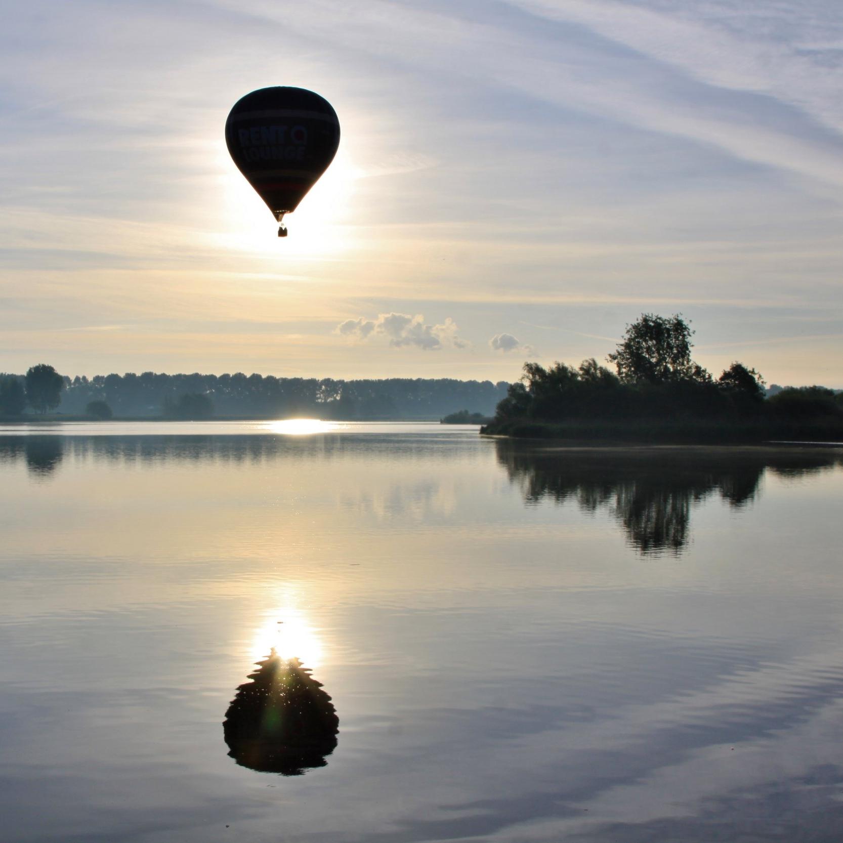 Ballonvlucht boven Zeeland  Zie je wel eens een luchtballon die in de lucht rustig vaart op de wind? En denk je dan dat zou ik ook wel eens willen doen? Of heb je iets te vieren? Dan ben jij bij Jan van  Jahoo ballonvaarten  bij de juiste persoon. Onder professionele begeleiding en met de beste zorg voor het materiaal wil Jan graag van jouw vaart een geweldige ervaring maken die je nooit zal vergeten. -  Opstijglocaties overal in    Zeeland   .