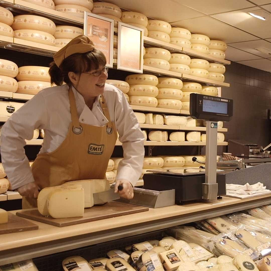Emté supermarkt Kloosterzande   Prima lokale supermarkt in  Kloosterzande  op 8 km. Naast een standaardassortiment is er een leverancier voor versspecialiteiten en goed brood in de  Emté . Ze hebben een uitgebreid assortiment aan heerlijke producten, waarvan een groot deel ook nog in de winkel zelf bereid wordt. Doordeweeks tot 20 uur open. Zaterdag tot 17 uur -  Marijkeplein 9, 4587 BH Kloosterzande