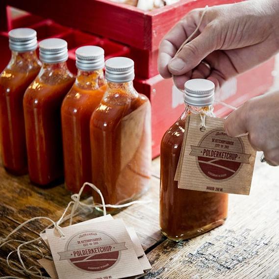De Ketchupfabriek  Laat me een geheim vertellen! In Graauw zit de enige echte ketchupmaker van Nederland. De ketchup van  De Ketchupfabriek  is handgemaakt van hele tomaten. Geen kunstmatige kleur- en smaakstoffen. Geen verdikkingsmiddelen. Allemaal met lokale en regionale ingrediënten en dat proef je gelijk.  Lees het interview van More than Mayo.  Te koop in de fabriek of  online te bestellen . Mooi streekproduct om mee te nemen. 100% ketchup. 100% smaak. -  Oude Kaai 16, 4569 AB Graauw