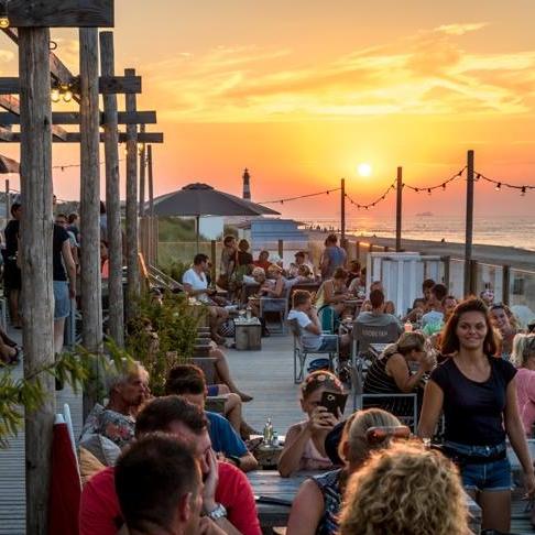 Loods Tien   Op een van die mooie plekken aan het strand vind je  Strand Loods Tien , een  Instagram -achtige strandtent en een interieur waar je op slag verliefd op wordt. Net buiten  Breskens , met zicht op de skyline van Vlissingen en de vuurtoren. Een fijne plek om op het terras neer te strijken na een strandwandeling of tijdens je fietstocht langs de kust. Zit hier aan een tafeltje met de voeten in het zand. Een heerlijk loungy muziekje op de achtergrond en prachtig weer zoals je het nergens anders vindt in Nederland. -  Nieuwesluisweg 50, 4511 RE Breskens, 0117 383 522