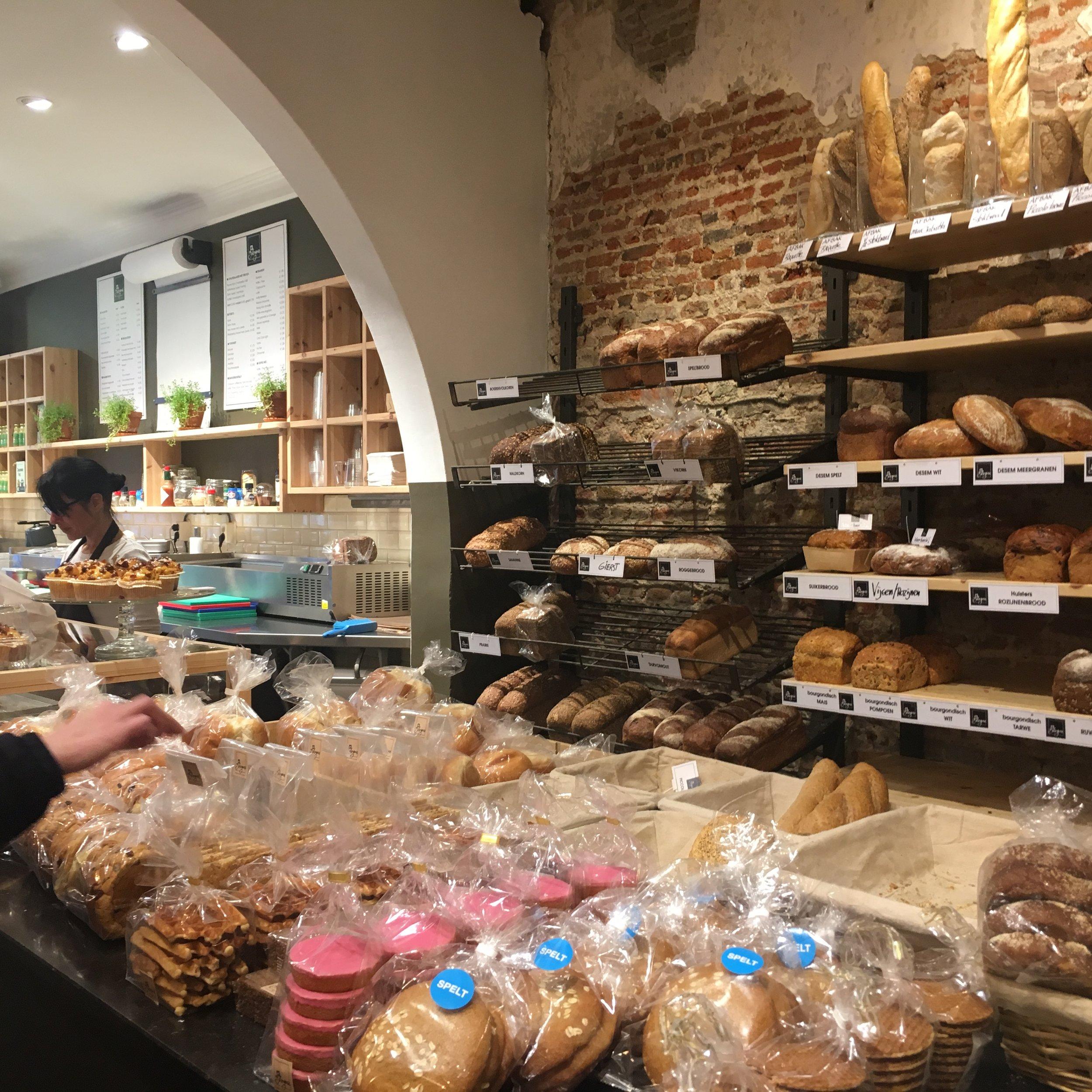De Boulangerie   Je hebt brood en je hebt brood. Bij  Brood en Banket De Boulangerie  werken echte vaklui als het om ambachtelijke en zoete zaligheden gaat. Brood, taarten, gebakjes en lekkernijtjes die met oog voor detail zijn gemaakt. Een feest om naar te kijken. Een nog groter feest om op te eten! -  Gentsestraat 12, 4561 EJ Hulst, 0114 312 360