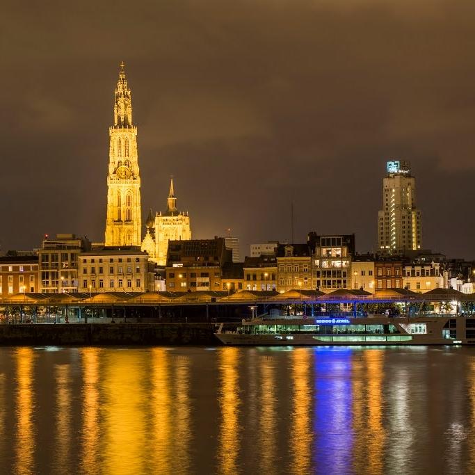 Antwerpen   Voor locals voelt Antwerpen aan als een dorp, maar 't Stad (zoals de Antwerpenaren zeggen) heeft veel te bieden als een grootstad. Het is een creatieve stad op een kleine, gezellige oppervlakte. Elke wijk is anders. Fashionistas shoppen bij bekende Antwerpse designers, cultuurliefhebbers kunnen terecht in de vele musea en op historisch en architectuurgebied zijn er genoeg inspirerende plekken. Vooral maak kennis met de fantastische foodscene, er komen steeds meer hotspots bij in  Antwerpen .