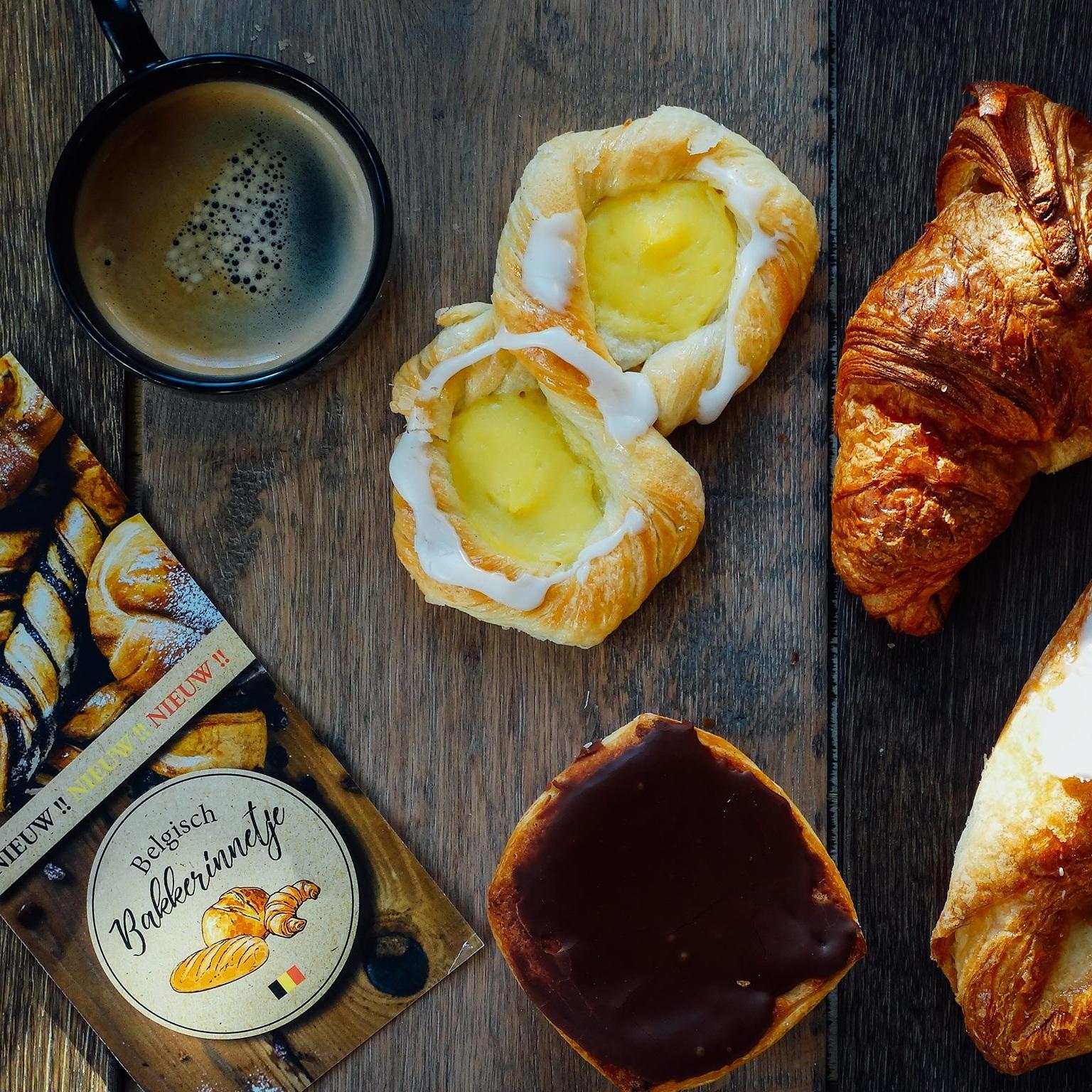 Belgisch Bakkerinnetje  Wil je de deur niet uit voor je ontbijt dan brengt Nathalie van het Belgisch Bakkerinnetje dit graag voor je aan huis! Bestel voor 13 uur  via dit mailadres  of geef je bestelling door via  06 31035210  en geniet van je ontbijtmand, brood of gebak op de Duivenhoekseweg 10 met een lekkere koffie erbij! -   Bekijk de menukaart