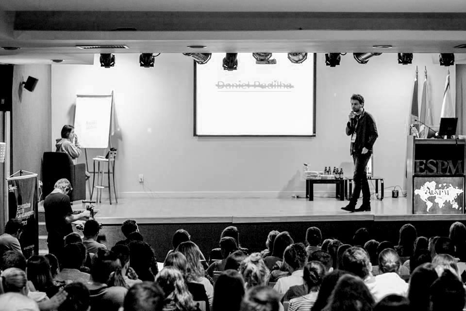 O especialista em branding Daniel Padilha em palestra da  Eventos Share , em Porto Alegre.
